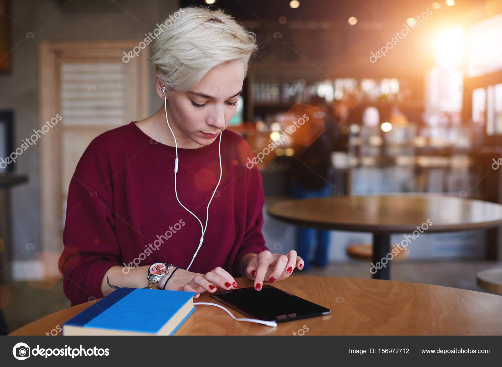 ff0b18ec1f14 Ελκυστική γυναίκα hipster ντυμένος με μοντέρνο φούτερ κάνει online αγορές  στο ηλεκτρονικό κατάστημα casual ενδυμάτων μέσω touchpad ασύρματης σύνδεσης  ...