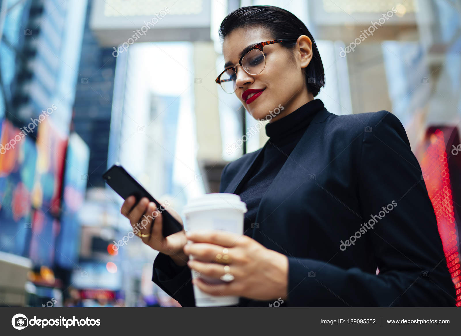 1966ce98d7ac Donna di affari sicura in vetri alla moda e vestito lettura messaggio sul  mobile trascorrere del tempo in centro città con caffè per andare — Foto di  ...