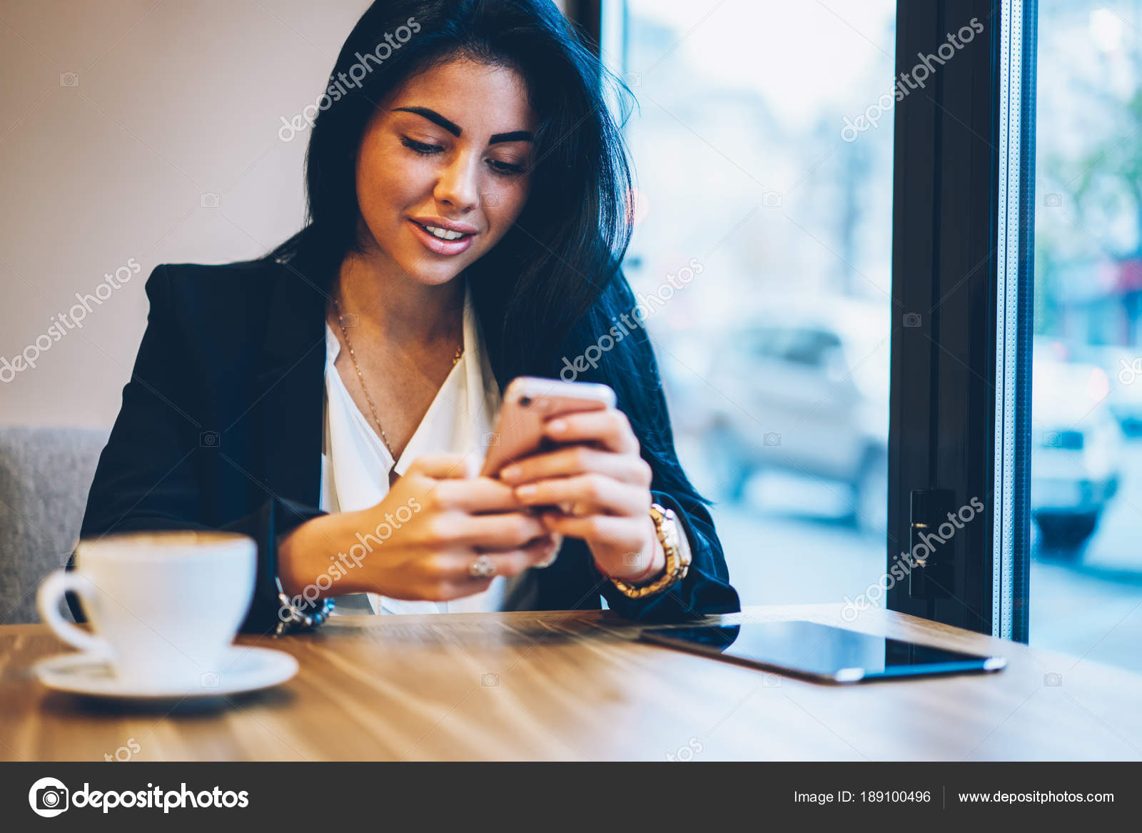 cf44c3ca0f31 Oříznutý obraz okouzlující usmívající se dívky bokovky s legrační online  chatování s přáteli na sociální síti prostřednictvím telefonu. Roztomilé  ženské ...