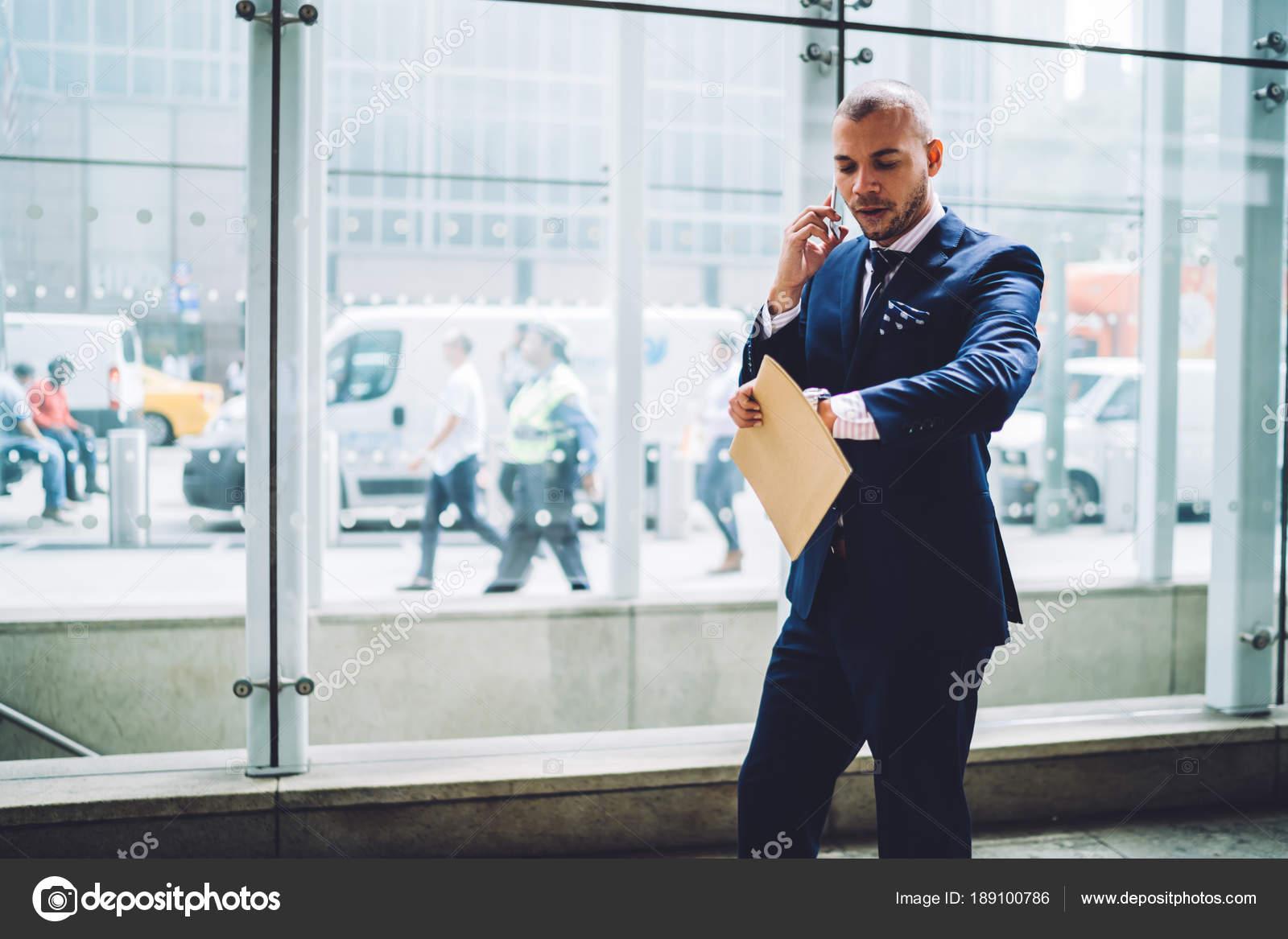 Vestito Elegante Ufficio : Uomo affari serio vestito elegante controllo tempo fretta ufficio