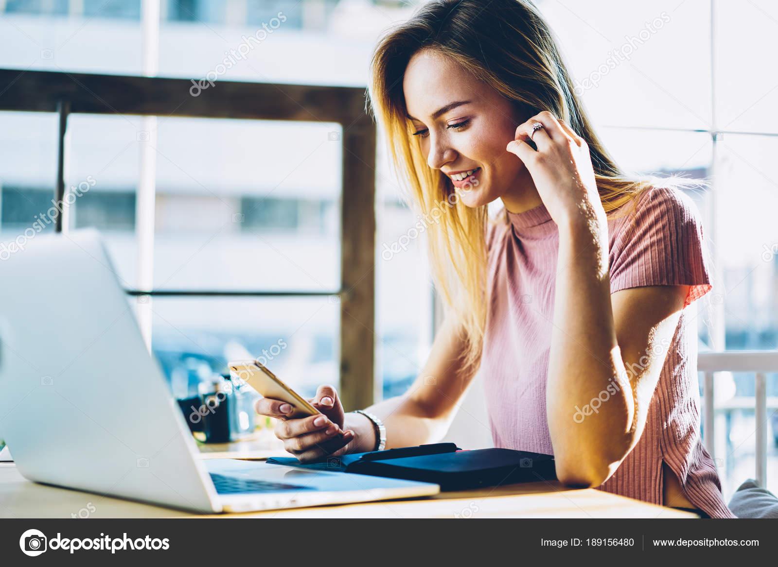 c56e5f638d2d Pozitivní Ženské Blogger Čtení Zprávy Sociálních Sítí Prohlížení ...