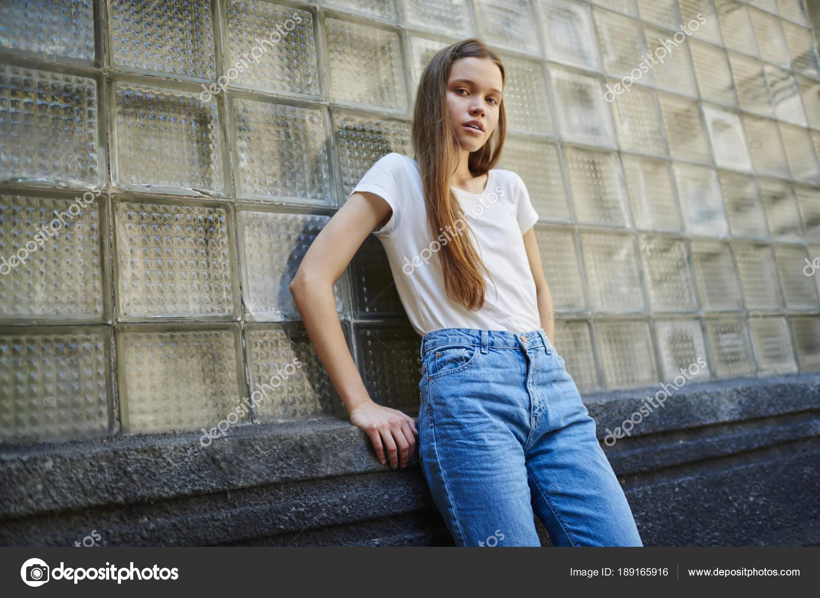 d34e8f8219ed Portrét Atraktivní Mladá Žena Módní Oblečení Stojící Zdi Městské ...