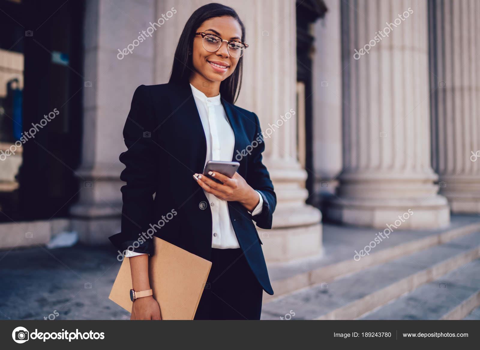 Vestito Elegante Ufficio : Ritratto riuscita donna affari afroamericano vestito vestito