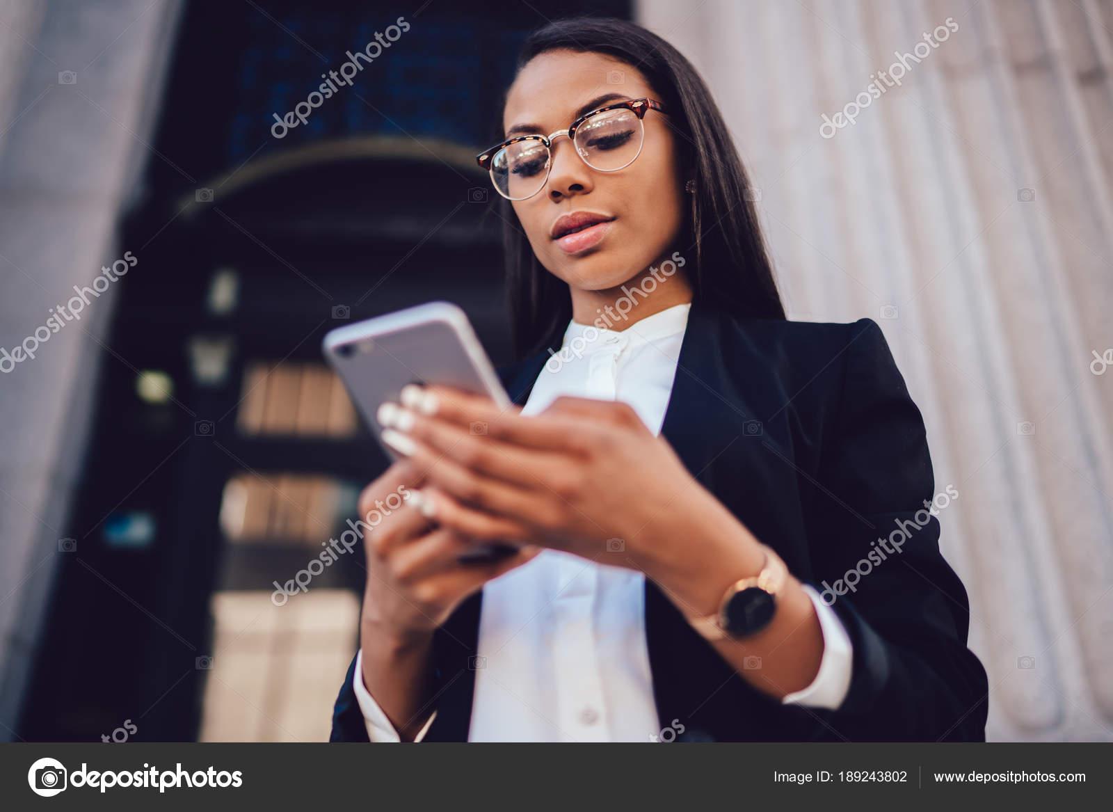 72aab892460d Sotto la visualizzazione dell imprenditore afroamericano vestito in vestito  elegante fare il pagamento online tramite servizio bancario su smartphone  ...