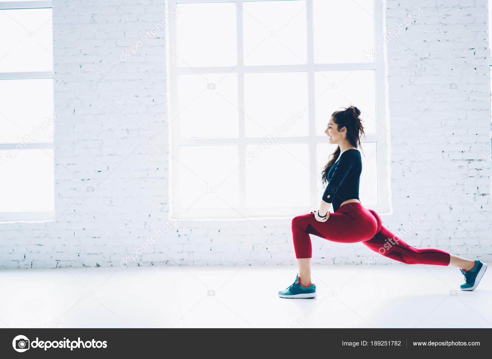 Lächelnd Genießen Trainieren Sie Sportlerin Weißen Innenraum ...
