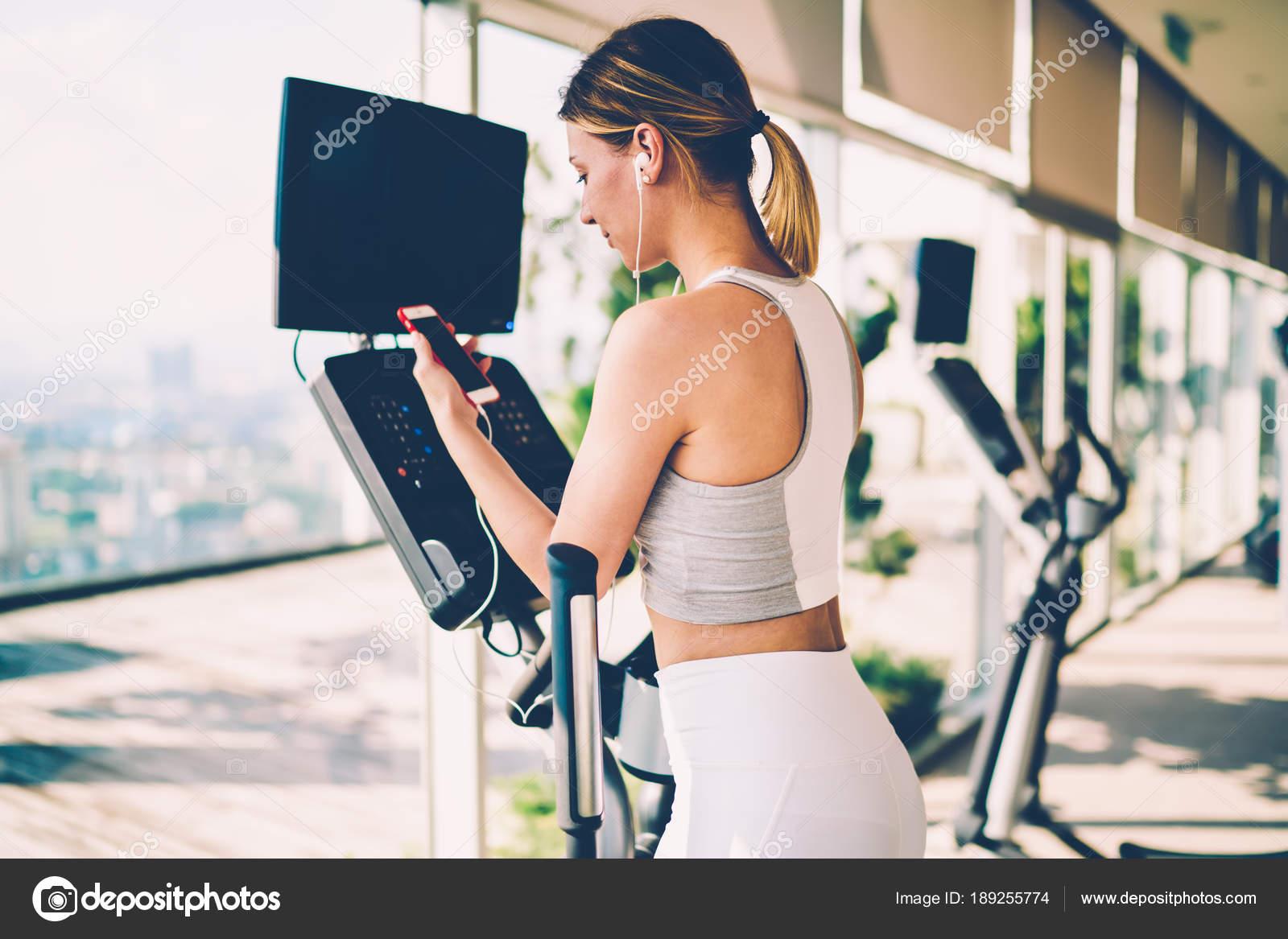 Mulher Assistindo Vídeo Sobre Treinamento Ginásio Celular