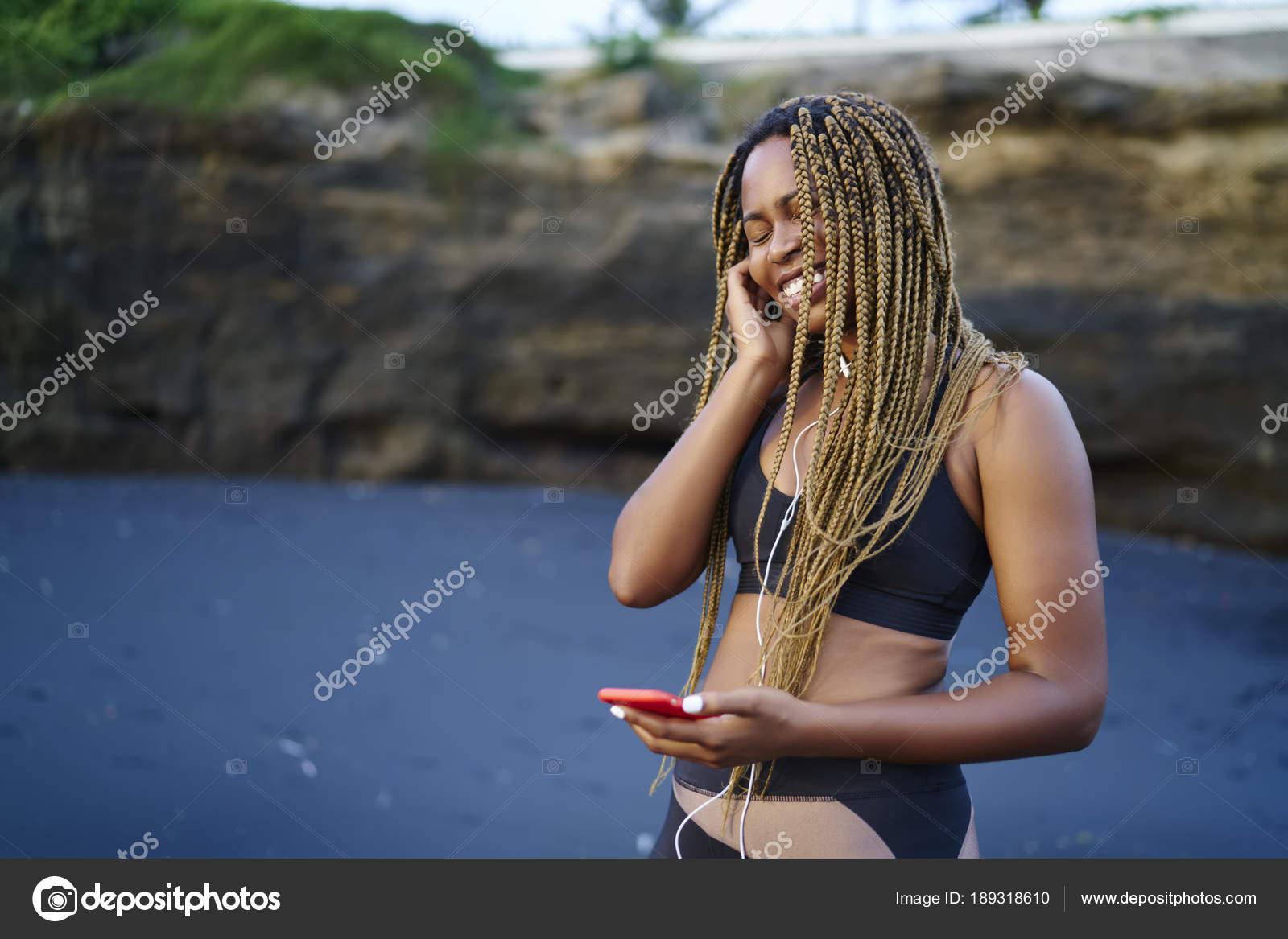 Allegra Giovane Donna Afroamericana Felice Canzoni Audio Ascolto