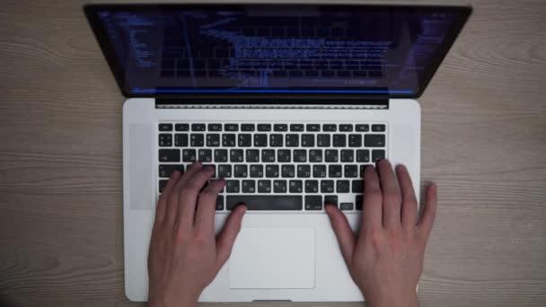 Man kódování html vývojář programování na notebooku ruce top shot rozvíjet webové stránky