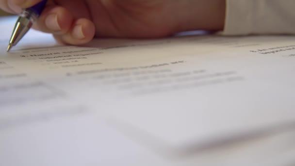 Prüfungsformular, Prüfungen ablegen, Hand mit Stift aus nächster Nähe