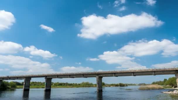 Timelapse z vlaku přejíždějící Tay Rail Bridge Athlone, Irsko 4k