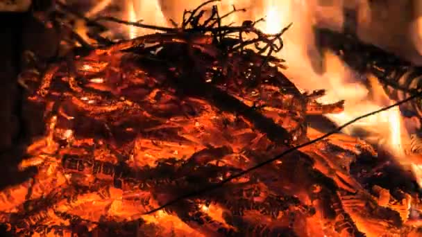 Szép fa tűz, fekete háttér, kandalló