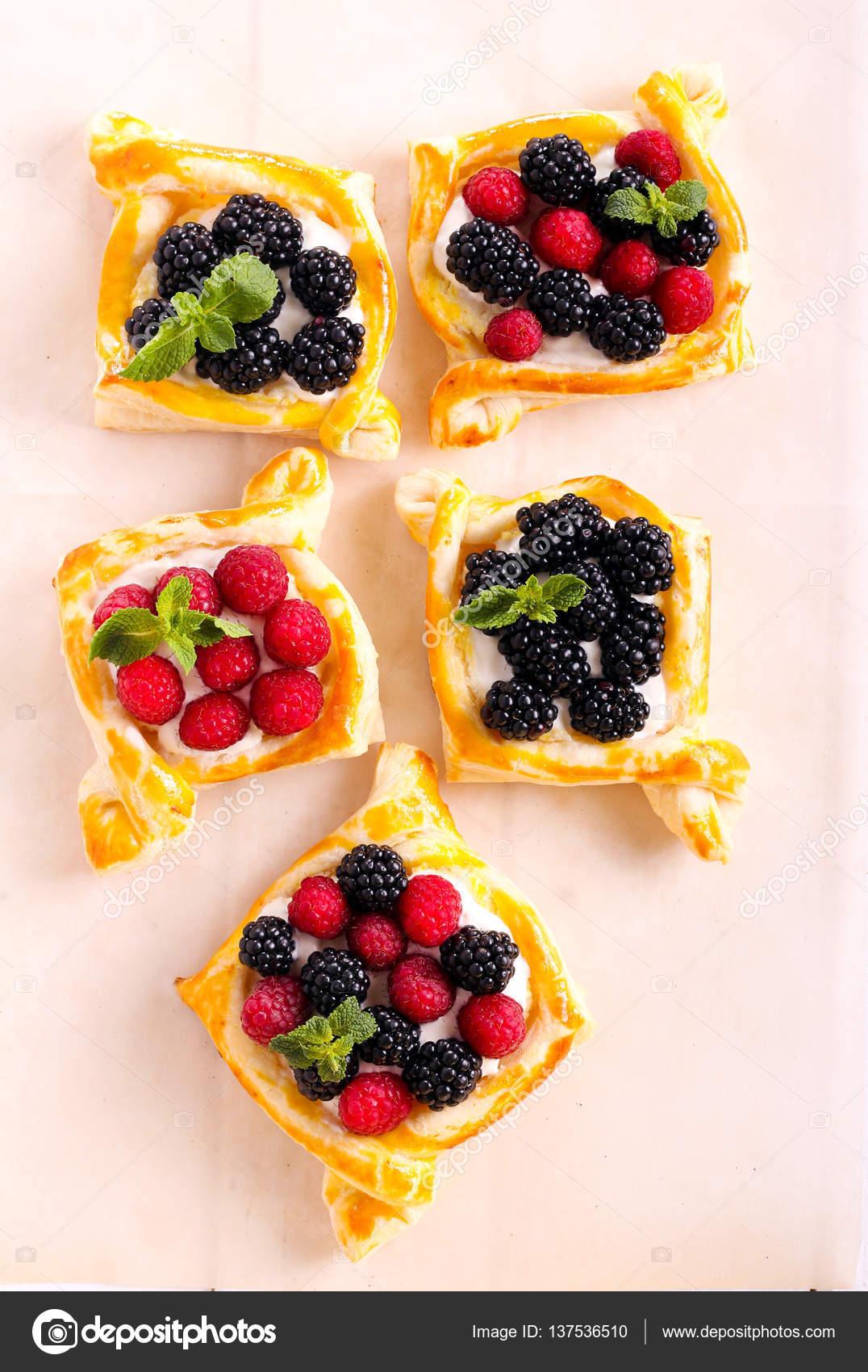 Blatterteig Kuchen Mit Creme Fullung Stockfoto C Manyakotic 137536510