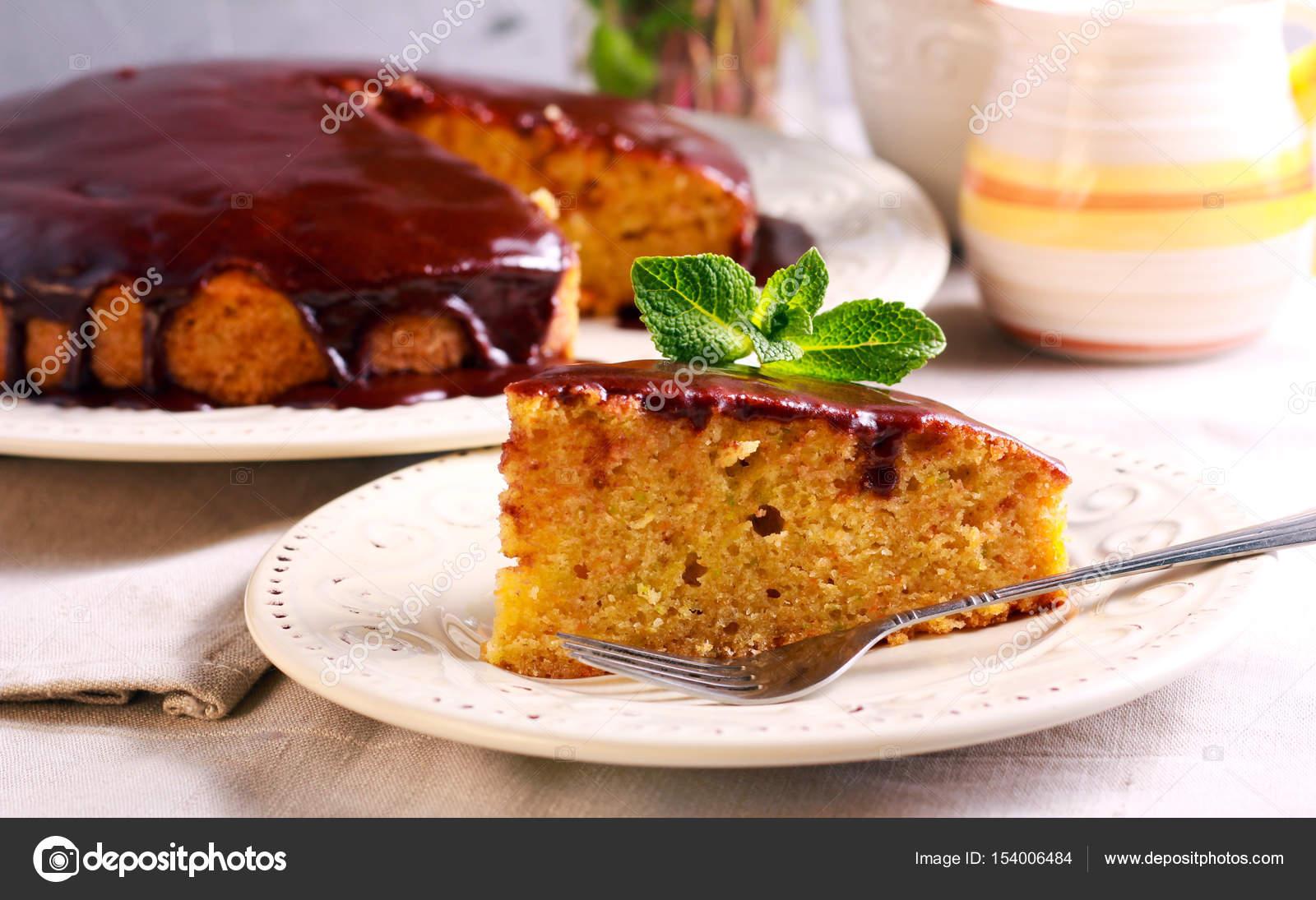 Zucchini Und Karotten Kuchen Mit Schokoladenglasur Stockfoto
