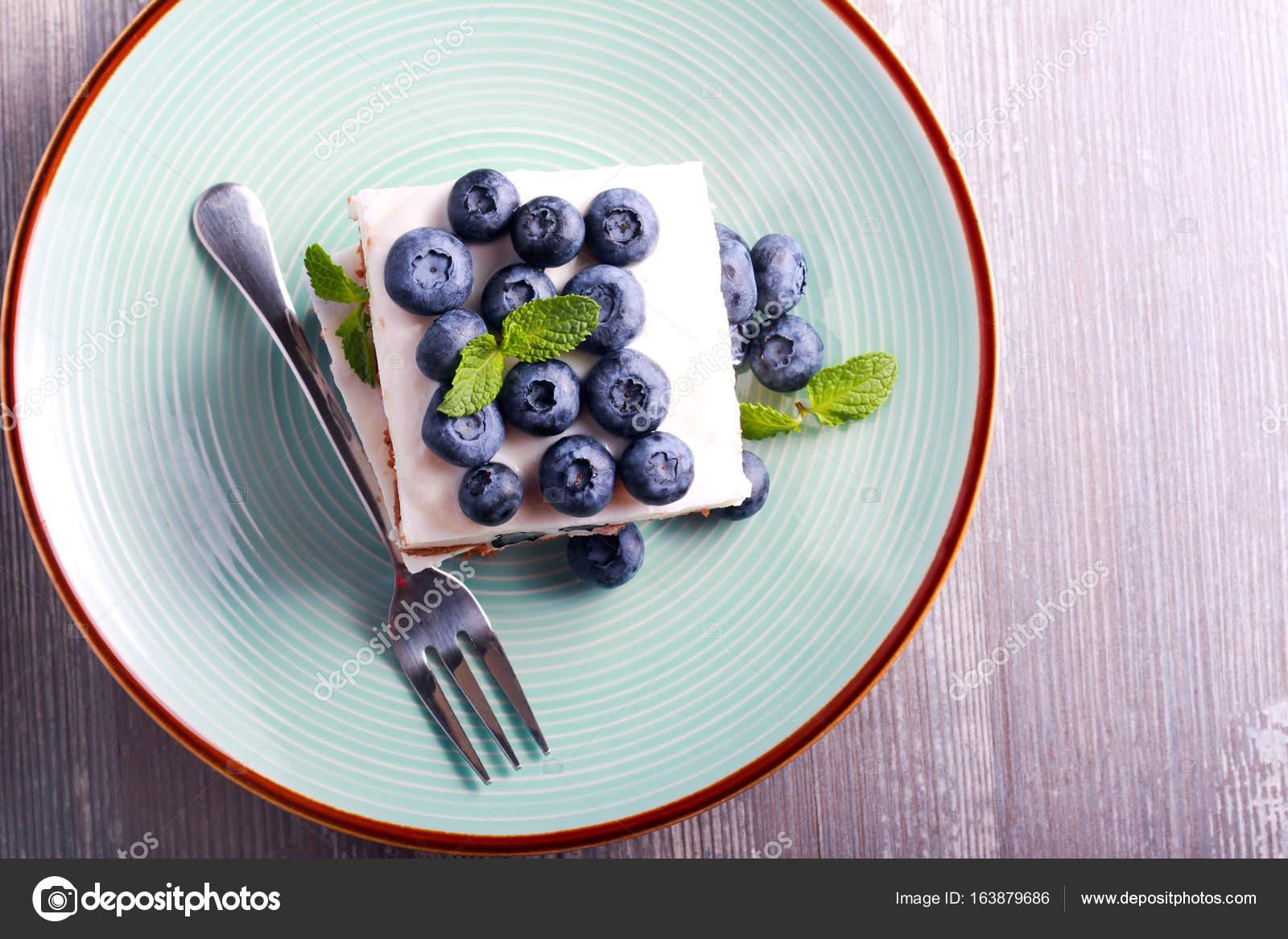 Blueberry Cheesecake Bars auf blaue Platte — Stockfoto © manyakotic ...