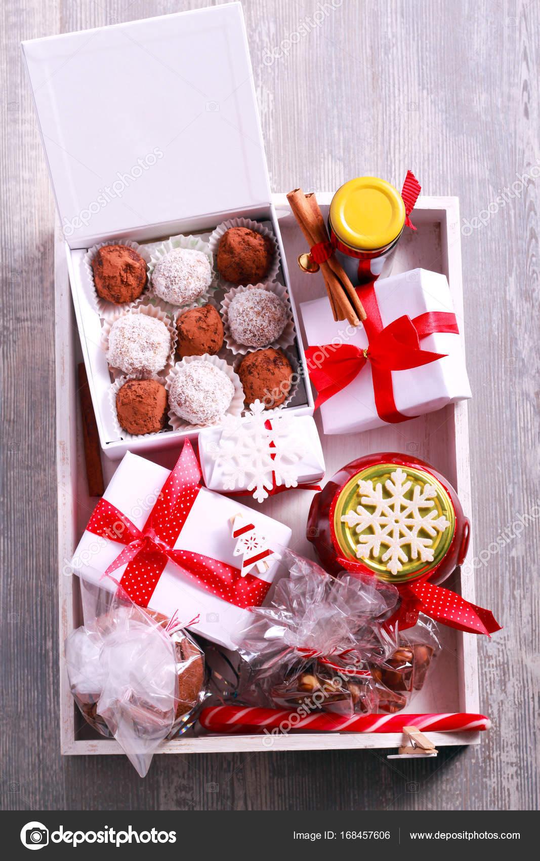 Hausgemachte essbare Weihnachtsgeschenke in einer hölzernen Tablett ...