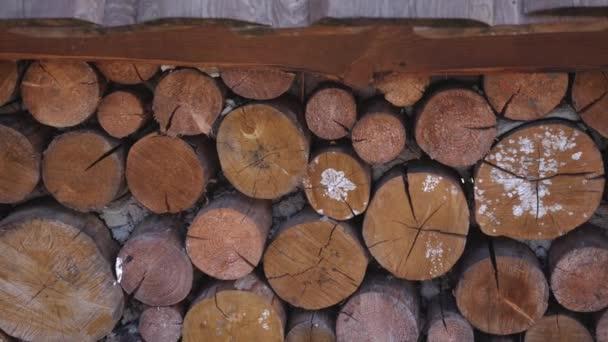 schön verlegte Holzstämme im Hof