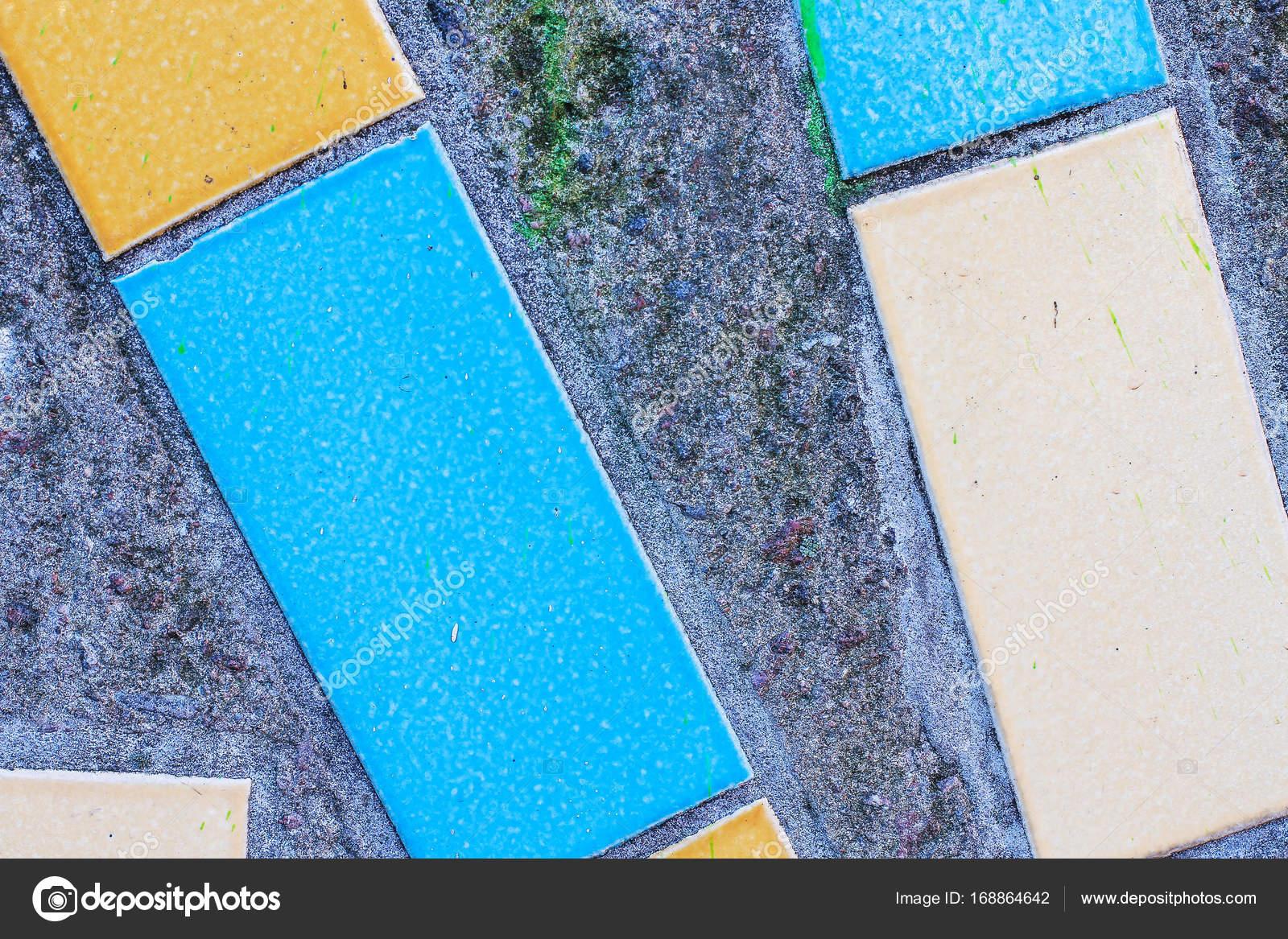 Grandi piastrelle rettangolari di colori blu sulla superficie del
