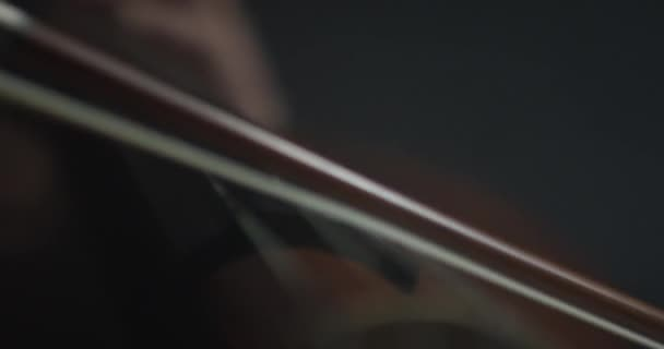 Dramatische Verbeugung der Cello-Streicher bei der Symphonie aus nächster Nähe