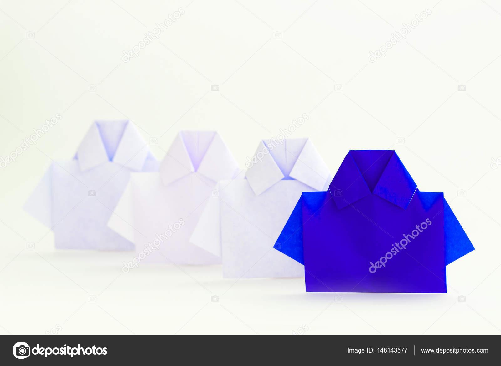 Один синій серед білих орігамі папери сорочку 594ec2dbc8513