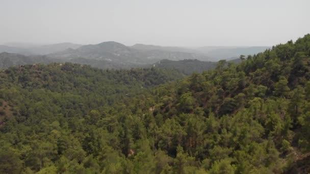 Légi drón kilátás hegyek, borított zöld fenyőerdő