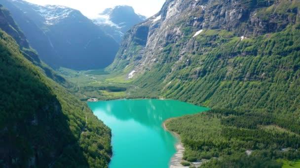 Luftaufnahme des Oldevatnet-Sees in der Nähe des Briksdalsbreen-Gletschers in Norwegen