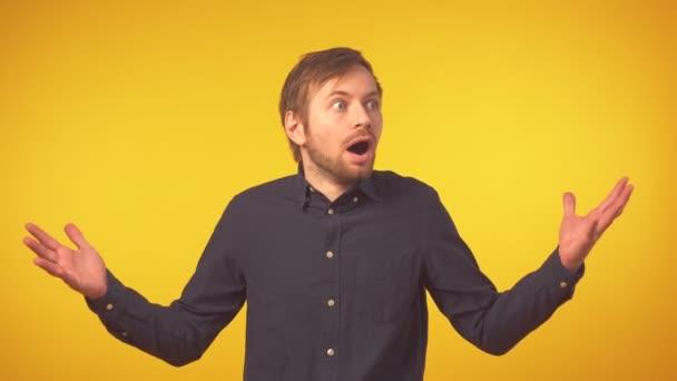Porträt eines überraschten jungen bärtigen Mannes in legerer Kleidung vor laufender Kamera