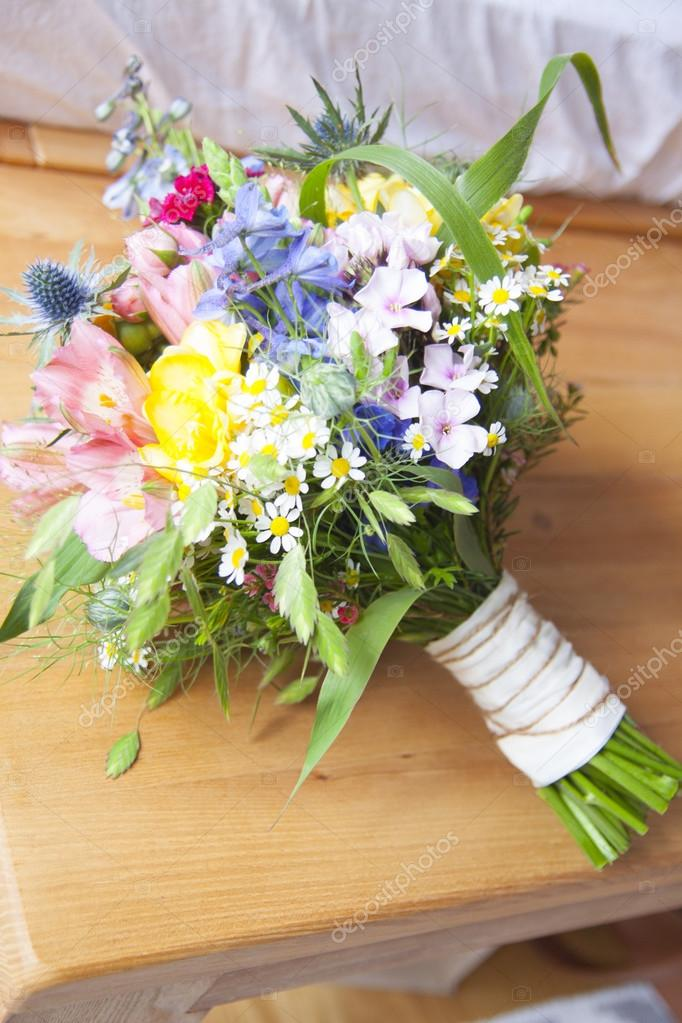Bouquet Sposa Fiori Campo.Wildflower Bouquet For A Bride Stock Photo C Nilapictures 128168344