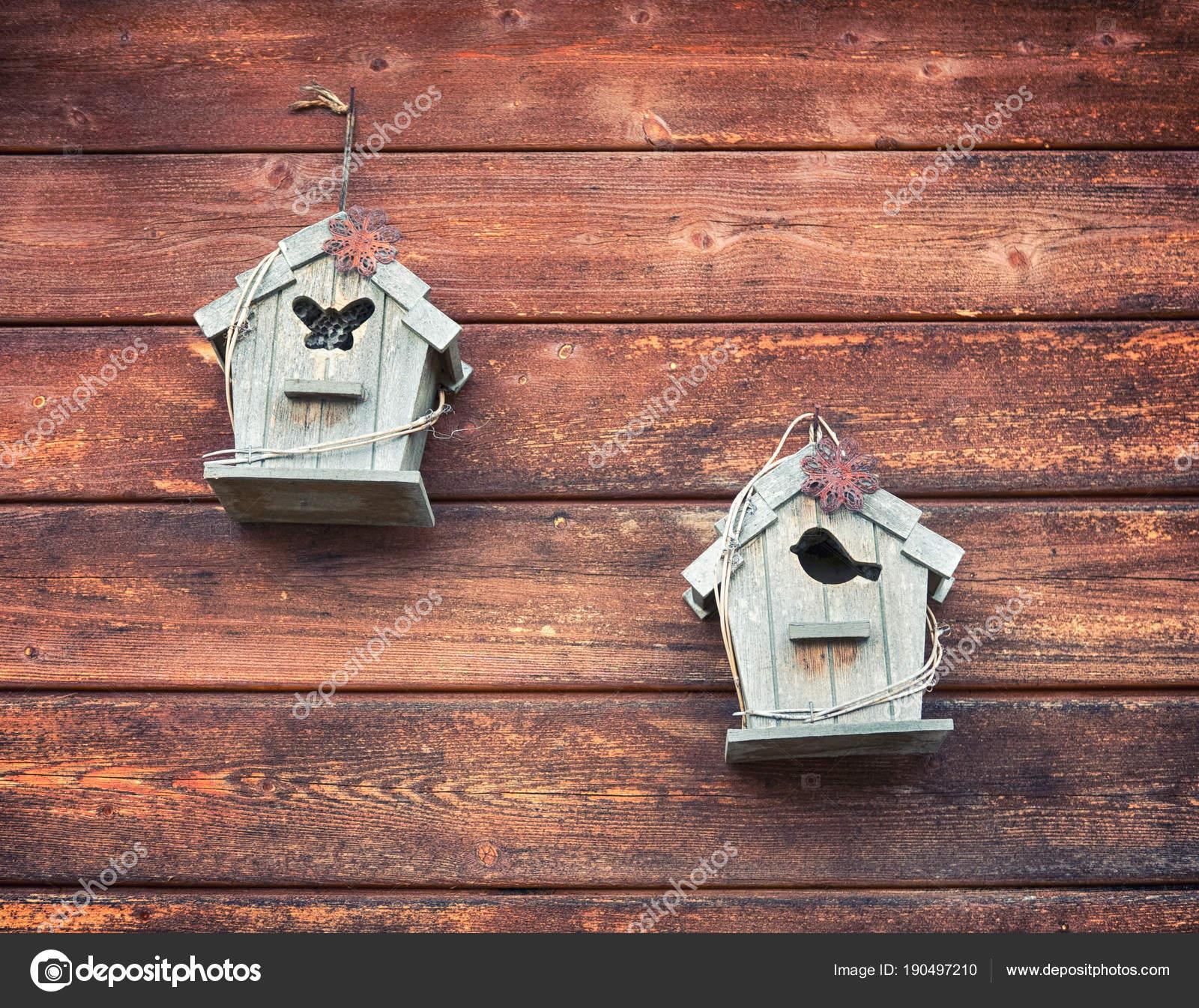 в старинном стиле и деревянные малые скворечники