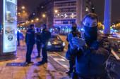 Národní policista tleská, aby podpořil nemocniční zdravotníky v boji proti koronaviru. Každý den v osm hodin policejní hlídky se scházejí před Fundacion Jimenez Diaz nemocnice vzdát hold zdravotnickým pracovníkům