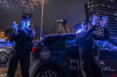 Dva policisté tleskají, že prokázali podporu zdravotnickému personálu, který bojuje proti pandemii koronaviru. Každý den v osm hodin policejní hlídky se scházejí před Fundacion Jimenez Diaz nemocnice vzdát hold zdravotnickým pracovníkům