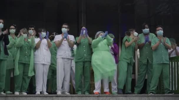 Medizinisches Personal des Krankenhauses 12 de Octubre, das gegen das Coronavirus kämpft, applaudiert den Madrilenen und Polizisten für ihre Unterstützung