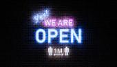 3D-Wiedergabe von Schildern offen mit wir sind offene Massage mit Neonlicht auf Ziegelwand Nacht.
