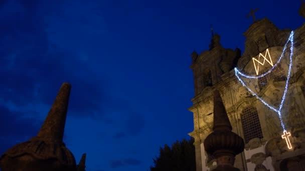 Katholische Kirche bei Nacht