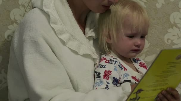 Abstraktní matka čtení její dcera pohádku