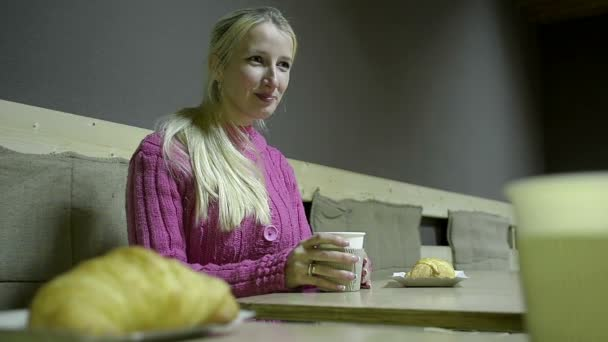 С блондинкой из кафе видео