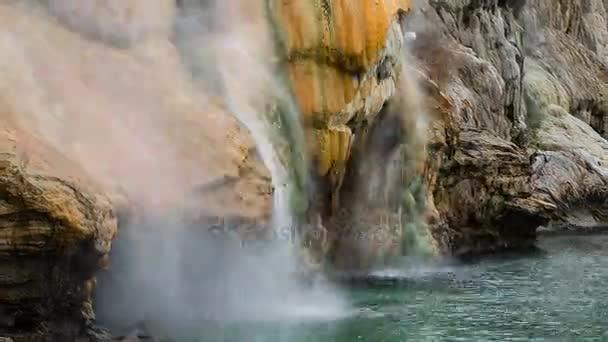 Wasserfall Quellwasser aus den Bergen herabfließende