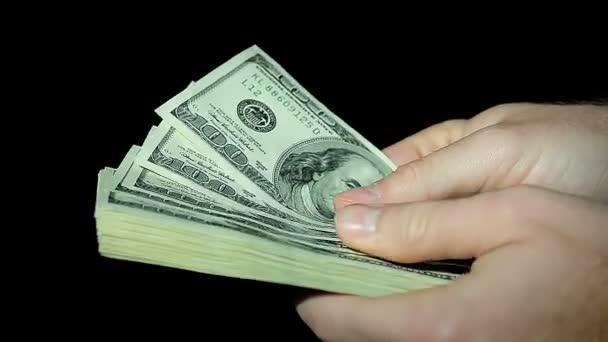Mužské ruce počet sto dolarové bankovky na černém pozadí