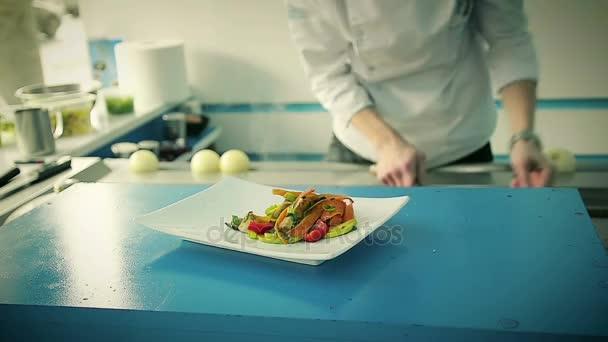 Šéfkuchař v kuchyni vařené zeleninové jídlo v restauraci