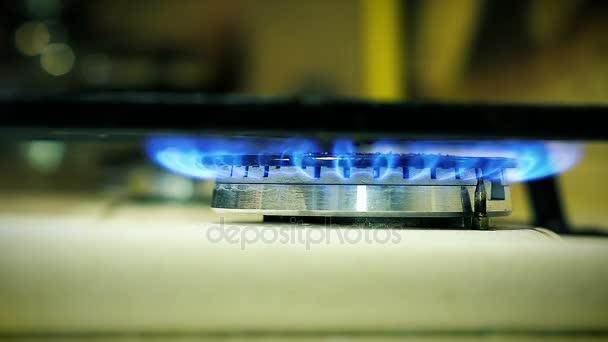 Detail plynový hořák na sporáku svítí v kuchyni