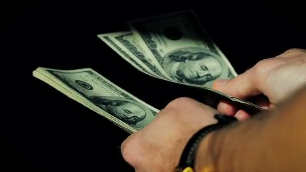 Großaufnahme männliche Hände zählen Hundert-Dollar-Scheine auf schwarzem Hintergrund