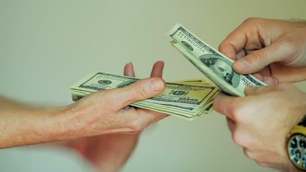 Platbě v hotovosti z člověka rukou, počítání 100 dolarové bankovky do ruky žena