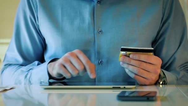 Detail člověka pomocí platebních karet a Tablet pro Online nakupování