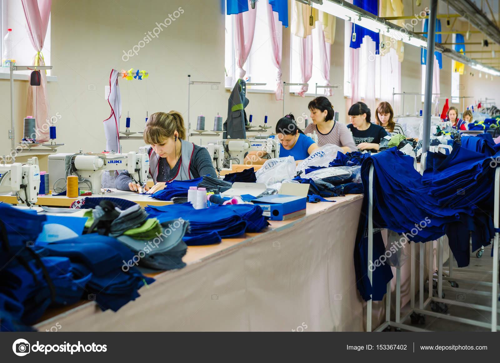 2880276c82 Grupo de trabalhadores da fábrica costurar roupas jeans na fábrica do  vestuário — Fotografia de Stock