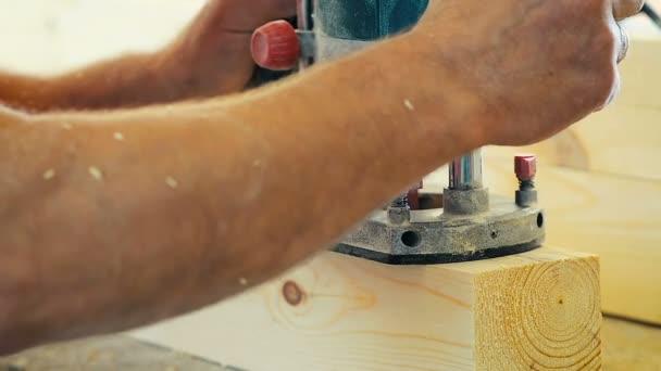 Close-up ein Mann aus Holz Schneidebrett in Holzwerkstatt Möbelfabrik