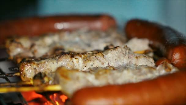 Detail ve večerních hodinách vaření šíš kebab a klobásy na gril na dřevěné uhlí