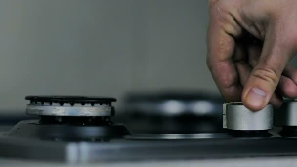 Slow Motion: detail mužské ruky zahrnuje plynové varné desky na domovské.
