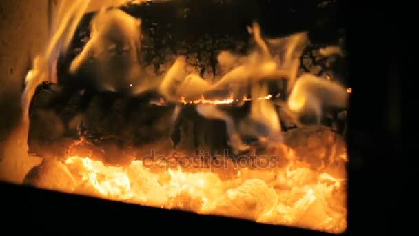 Slow Motion: detail, který velké dřevo hoří pomalu v krbu.