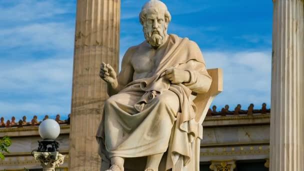 Socha velký řecký filozof Platón na židli mramorové pozadí oblohy a mramor sloupců.