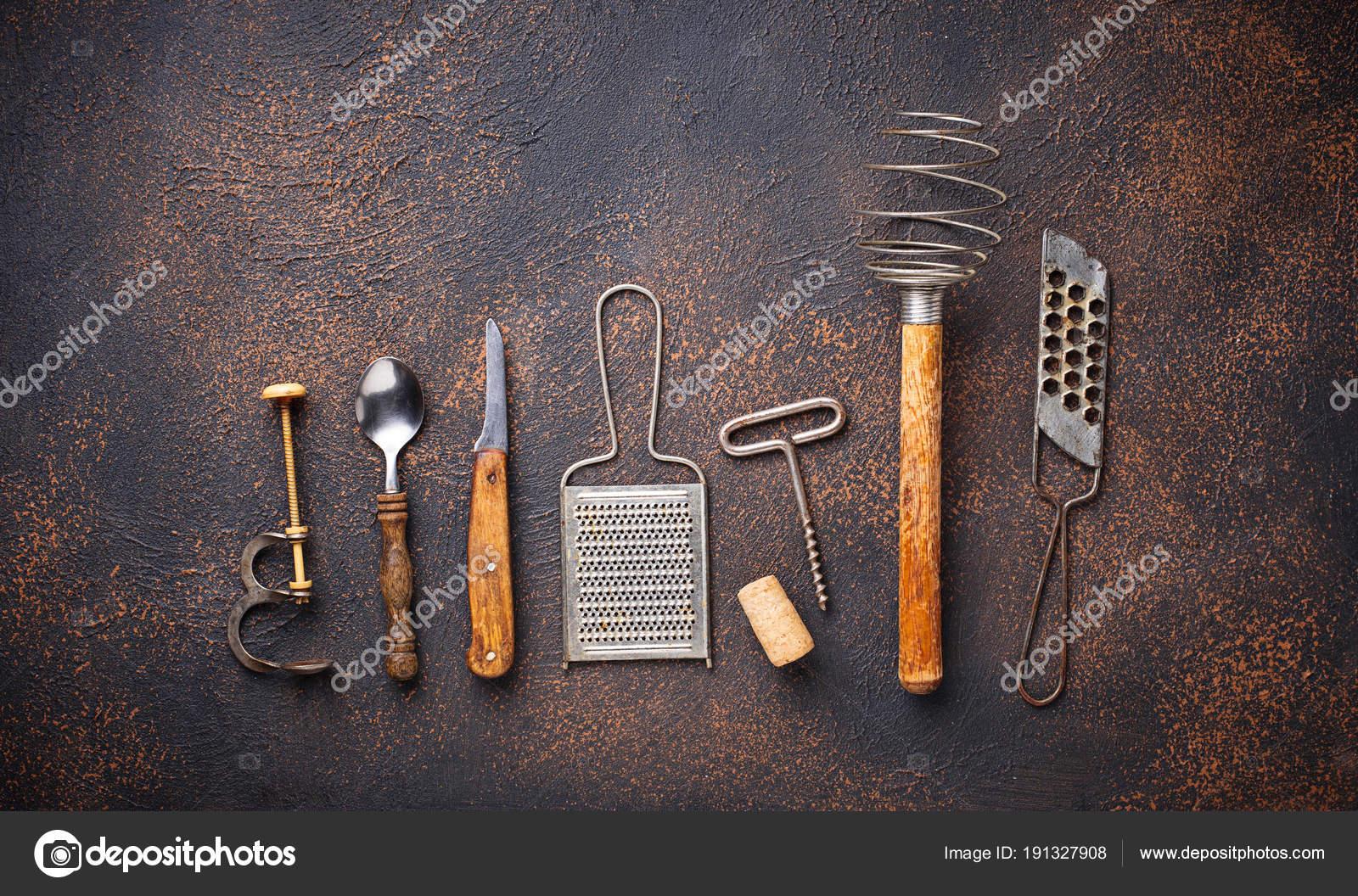 Vecchi utensili da cucina dell\'annata su priorità bassa arrugginita ...