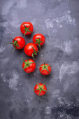 Čerstvá rajčata cherry na šedý stůl